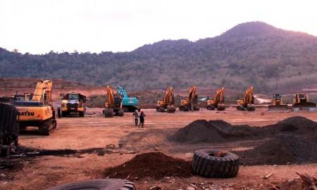 Sejumlah alat berat milik PT Bumi Suksesindo.