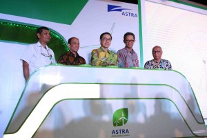 Wakil Menteri Energi dan Sumber Daya Mineral RI Arcandra Tahar (kedua kiri) bersama Direktur Jenderal Industri, Logam, Mesin, Alat Transportasi dan Elektronika Kementerian Perindustrian RI I Gusti Putu Suryawirawan (kedua kanan), Direktur Bioenergi Kementerian Energi dan Sumber Daya Mineral Sudjoko Harsono (kiri), Presiden Direktur PT Astra International Tbk Prijono Sugiarto (tengah) dan Chief of Corporate Communications, Social Responsibility & Security Astra Pongki Pamungkas (kanan) pada pembukaan acara Astra Green Energy Summit di kantor pusat Astra, Jakarta (3/11).