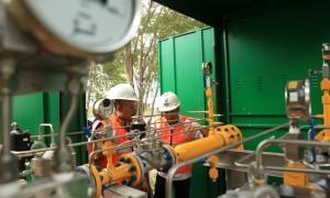 Dirjen Mihas IGN Wiratmaja Puja (kiri) ketika melihat jaringan infrastruktur gas PGN |Foto : Istimewa