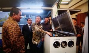 Dirut PGN Hendi Prio Santoso (kiri), Direktur Komersial PGN Danny Praditya (tengah) dan Menteri ESDM Ignansius Jonan   Foto : Istimewa