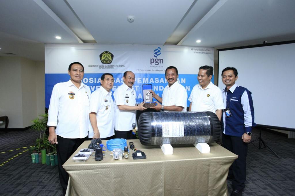Direktur Utama PGN Jobi Triananda Hasjim (nomor tiga dari kiri) sedang menyerahkan convertir kit gratis secara simbolis kepada perwakilan Pemerintah Provinsi. | Foto : PGN.
