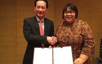 CEO Pavilion Energy Seah Moon Sing dan Yenni Andayani usai meneken MoU pada 12 Juni 2016 di Singapura.   Foto : Istimewa.