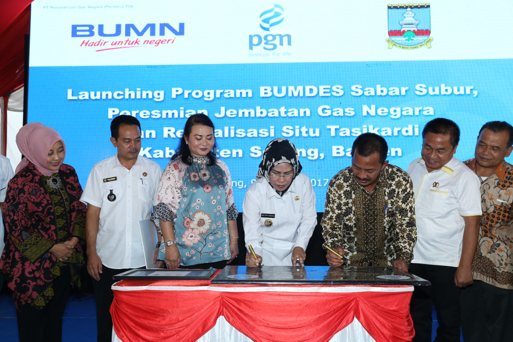 Bupati SerangRatu Tatu Chasanah (nomor empat dari kiri) danDirektur Utama PGN Jobi Triananda Hasjim (nomor tiga dari kanan) melakukan penandatanganan kerja samasejumlah program yang ada di wilayah Kabupaten Serang, Banten. | Foto : PGN.